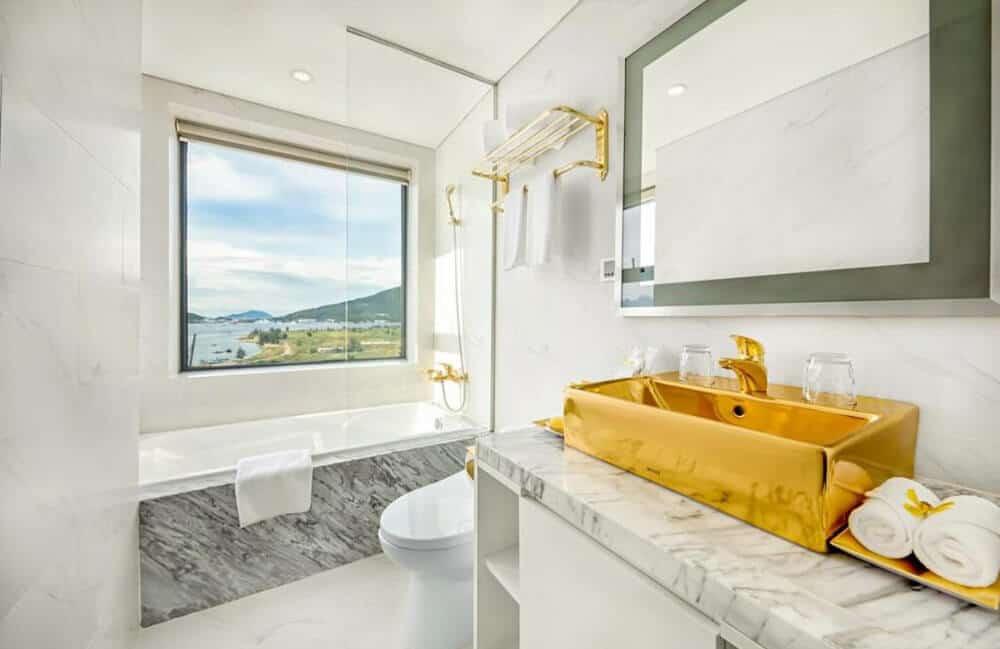 nhà vệ sinh cao cấp đà nẵng golden bay